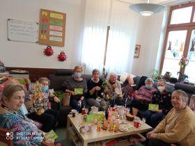 2021- Jarní pozdrav babičkám do Astry. Když nemůžou popřát letos děti, paní učitelky jim  popřály s dárečky pevné zdraví.