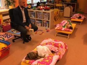 Před odpočinkem čte dětem pan místostarosta